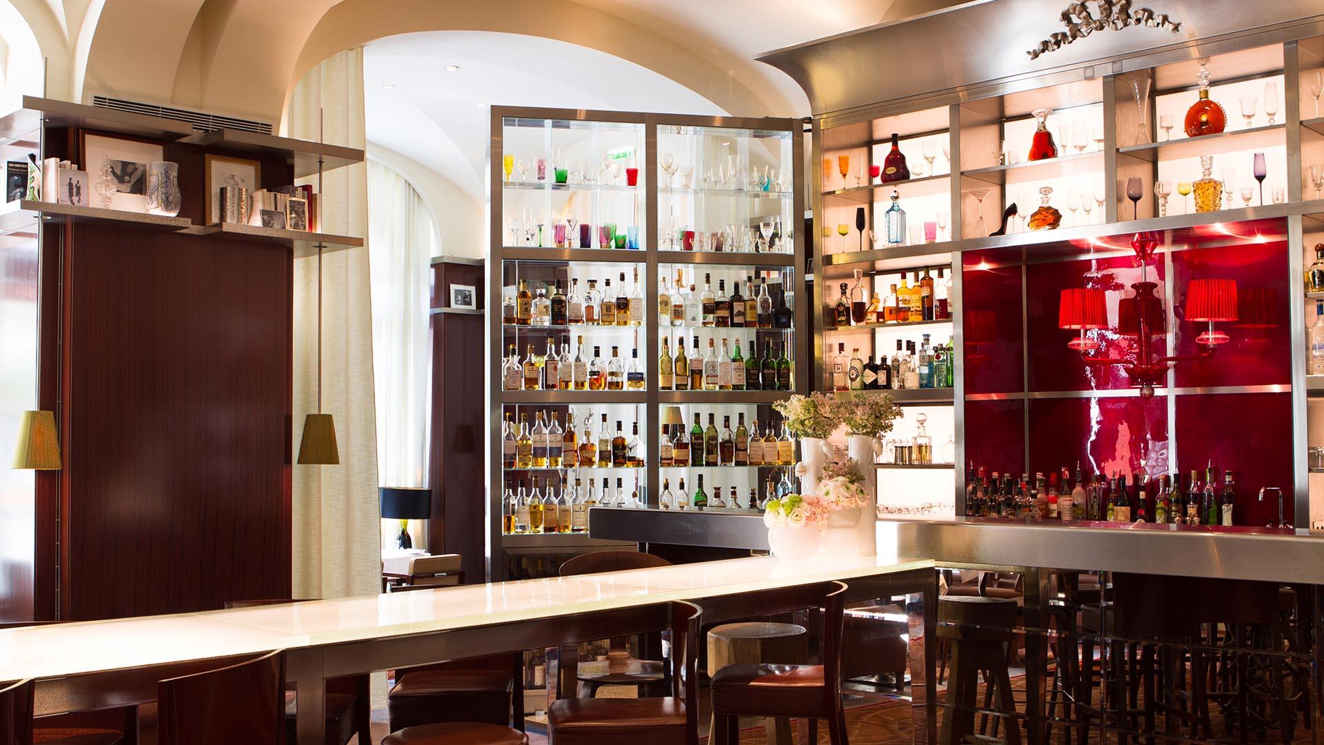 Le bar long le royal monceau for Restaurant le jardin royal monceau